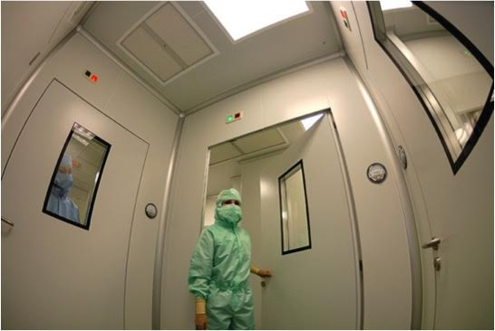 A scientist working at the CABIMER's Cellular Production Support Unit.